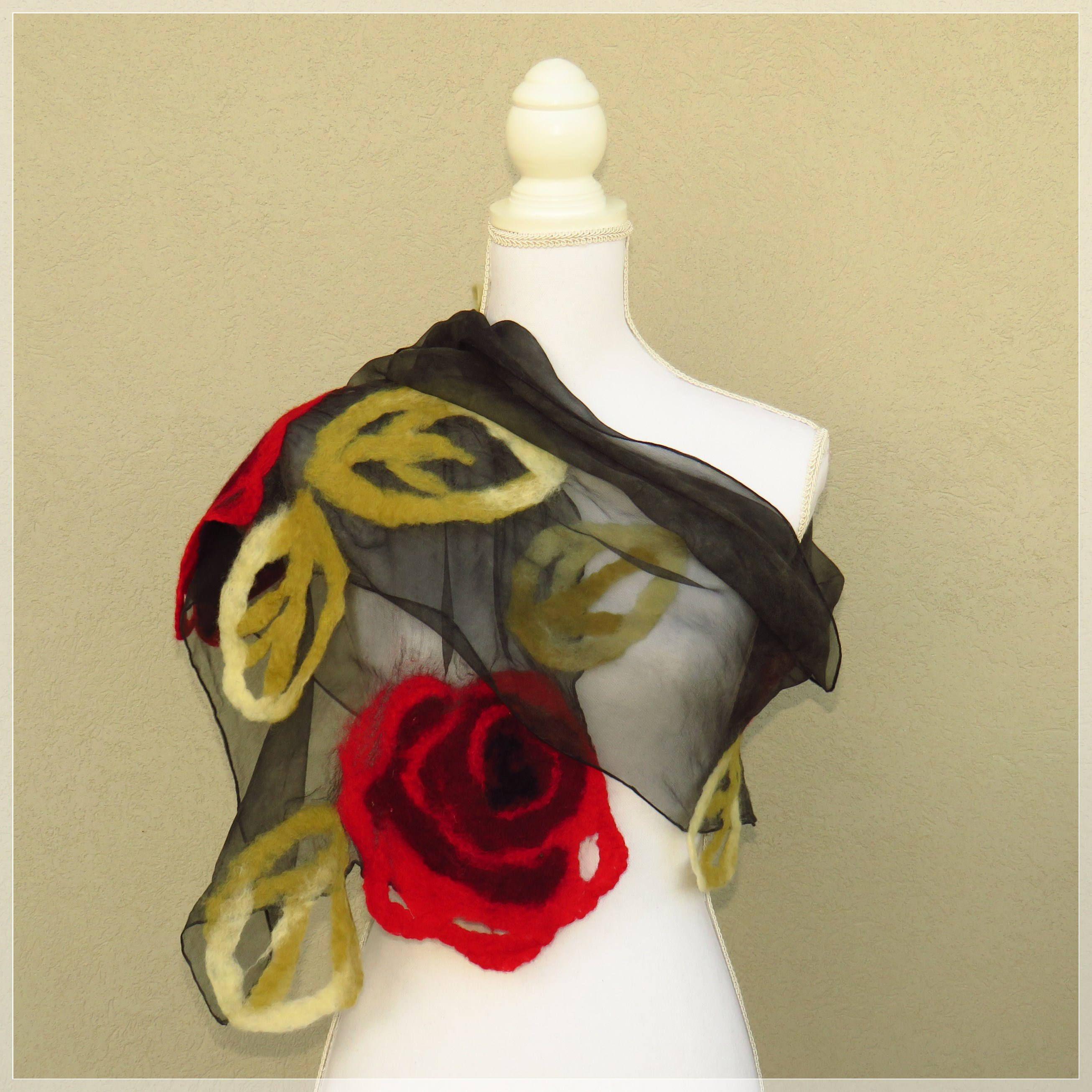 intenzionale cappotto Hates  Sciarpa nuno feltro nera con rose rosse, sciarpa di lana ...