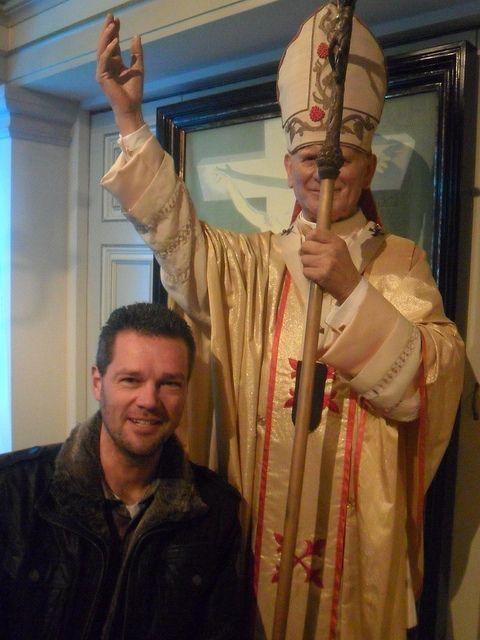 Henk-Jan bij de paus in Madame Tussauds Amsterdam