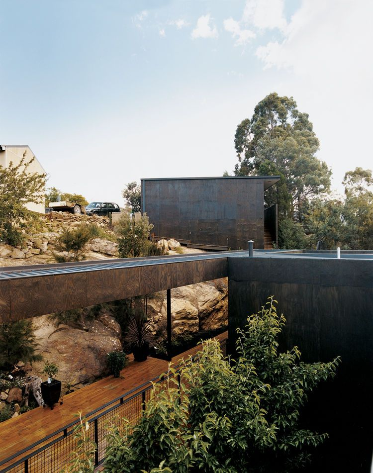 The kingston house abuts a rock shelf upon which architects aaron roberts and thomas bailey once for Kingston swimming pool tasmania