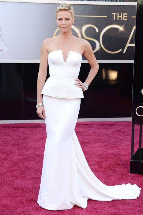 42dff6fa71 Clásica y deslumbrante en un inmaculado traje blanco de Dior  Charlize  Theron  Oscars2013