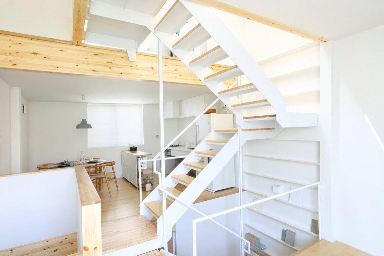 Dise o de casa prefabricada de madera peque a for Escaleras metalicas para interiores de casas