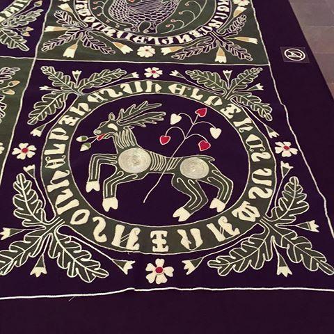 Korkealaatuisia kirkkotekstiilejä kirjottiin keskiajalla Suomessa hyvin vähän ja niitä on säilynyt sitäkin vähemmän. Ns. Maskun villaintarsia on Maskun kirkosta 1800 -luvulla löydetty tekstiili. Räsynä pidetty villakangas paljastui 1400 -luvulla valmistetuksi, mm. kullatulla nahalla kirjotuksi arvotekstiiliksi. Kirjotun tekstiilin arvellaan olleen aikanaan käytössä joko aateliskodissa tai kirkossa.