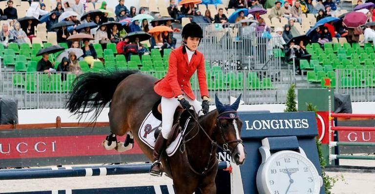 Charlotte Casiraghi demonstra sua paixão pelos cavalos em prova em Paris