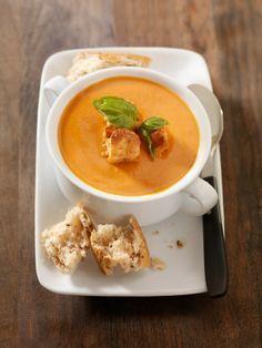 Esta sopa de tomate tiene un sabor especial ya que lleva un poco de tocino. Queda buenísima y se puede preparar con un día de anticipación.