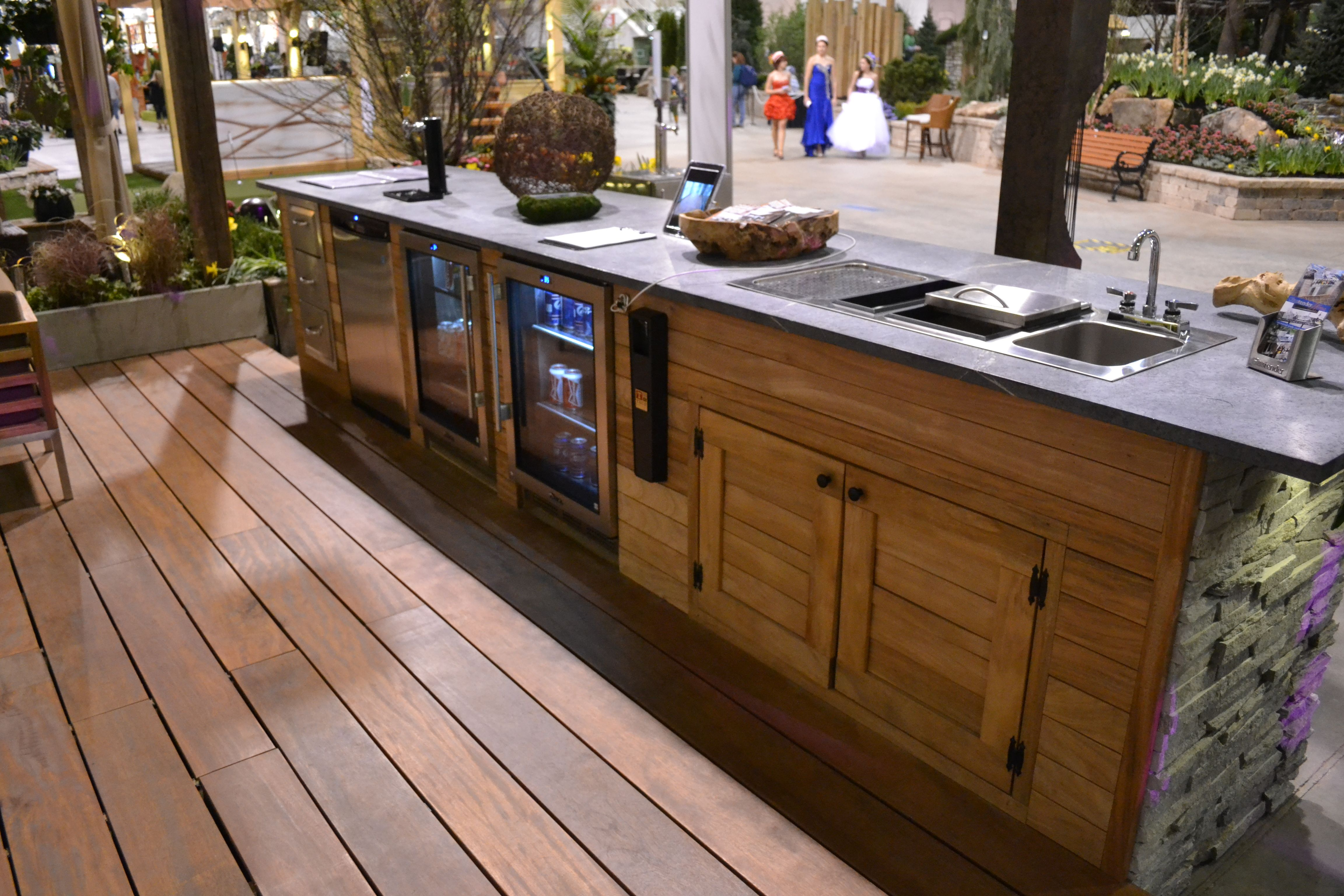 Kitchen Island Kegerator chicago - outdoor kitchen: glastender sink with condiment tray and