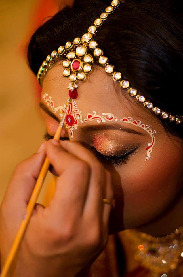 Bengali Bride With A Stylish Design Of Chandan Indian Bride Indian Bridal Makeup Bridal Makeup Wedding Bridal Eye Makeup