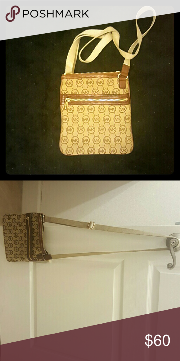 Michael Kors Crossbody Purse A cute crossbody authentic Michael Kor's purse. Hardly ever used. Perfect condition! MICHAEL Michael Kors Bags Crossbody Bags