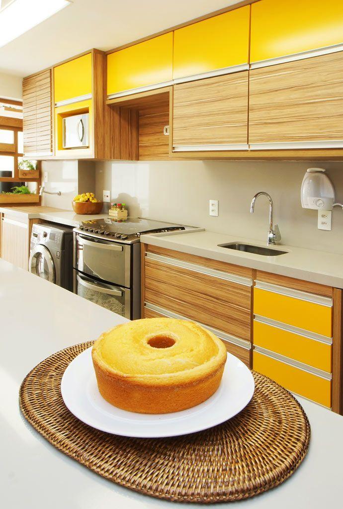 Cozinha amarela e marrom