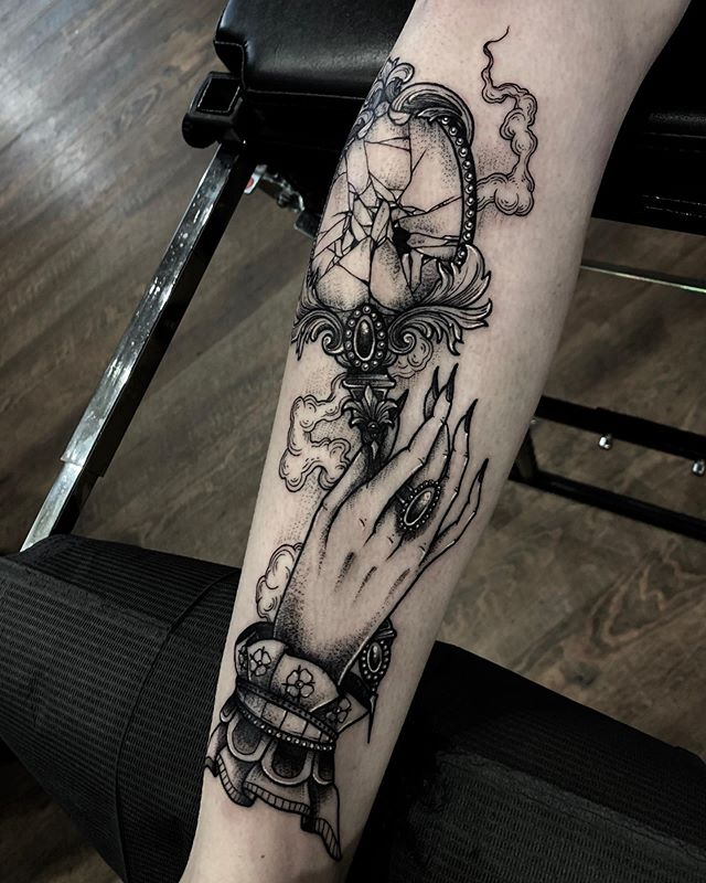 Really Enjoyed This Victorian Style Broken Hand Mirror From The Other Day Would Love To Do More Like It Swipe F Mirror Tattoos Broken Tattoo Victorian Tattoo