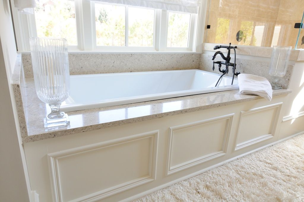 Traditional Master Bathroom With White Underscore