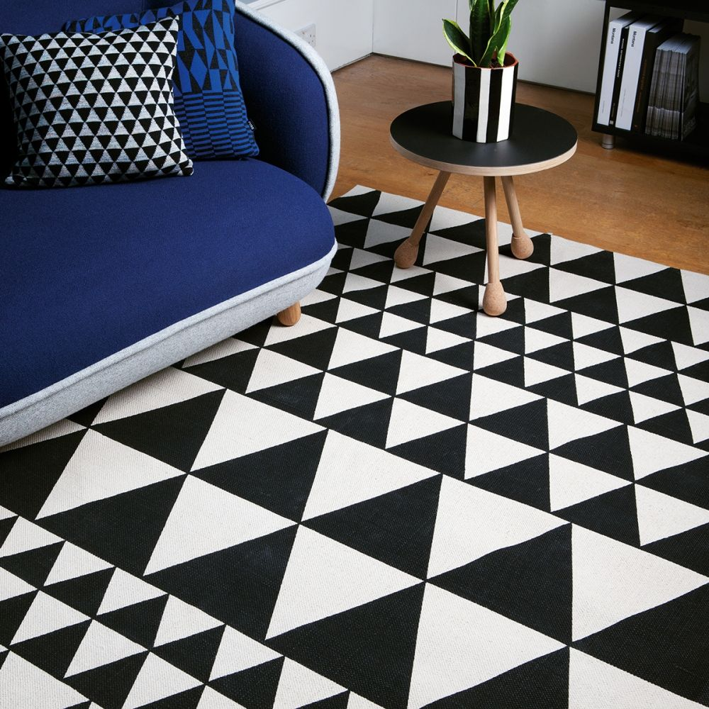 tapis motifs triangles g om trique noir et blanc ce tapis fabriqu en inde 100 coton. Black Bedroom Furniture Sets. Home Design Ideas