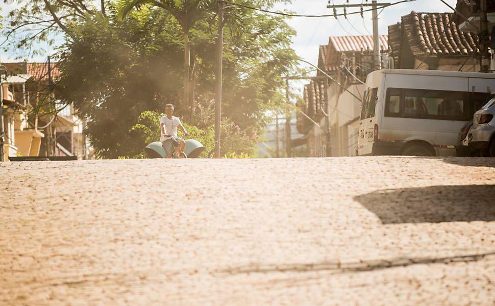 A poeira toma conta da cidade de Barra Longa (MG) | Além da poluição da água e destruição de casas e lavouras (o problema ambiental afetou o rio Doce até o Oceano Atlântico, no Espírito Santo), o município tem sofrido desde a tragédia com os rejeitos secos nas ruas e fundos das residências. Com a estiagem, o material vira poeira que circula com ventanias e passagem de veículos.