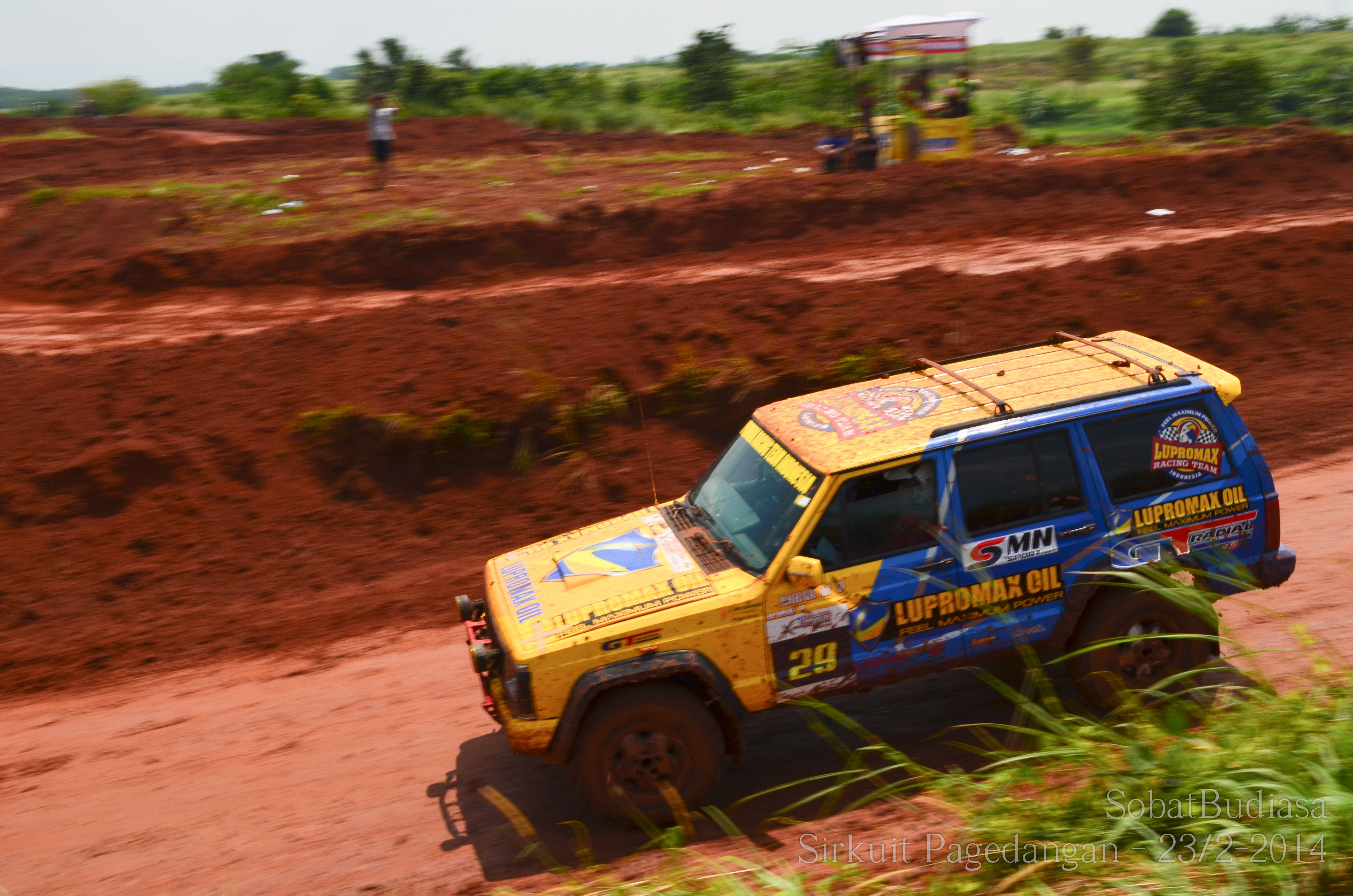 Foto Mobil Off Road Di Sirkuit Pagedangan Bsd Kemarin Ada Lomba Balapan Speed Off Road Mobil Off Road Sirkuit