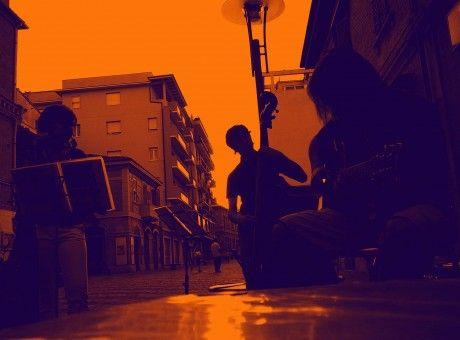 È il 2008 quando Veronica e Julián, voce e chitarra, s'incontrano per la prima volta nel quartiere turco di Bruxelles. Da studenti intraprendono un'avventura musicale accompagnati da una predizione letta nei fondi sfocati di un fumante caffè.
