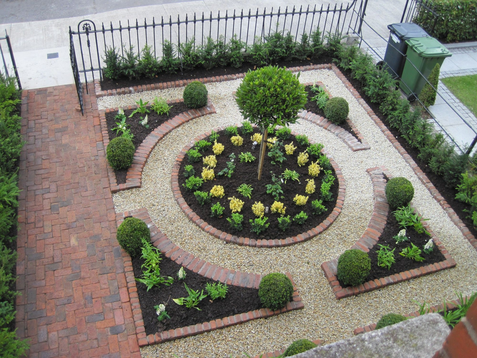 Form al parterred for a front garden landscaping decks for Small front garden ideas