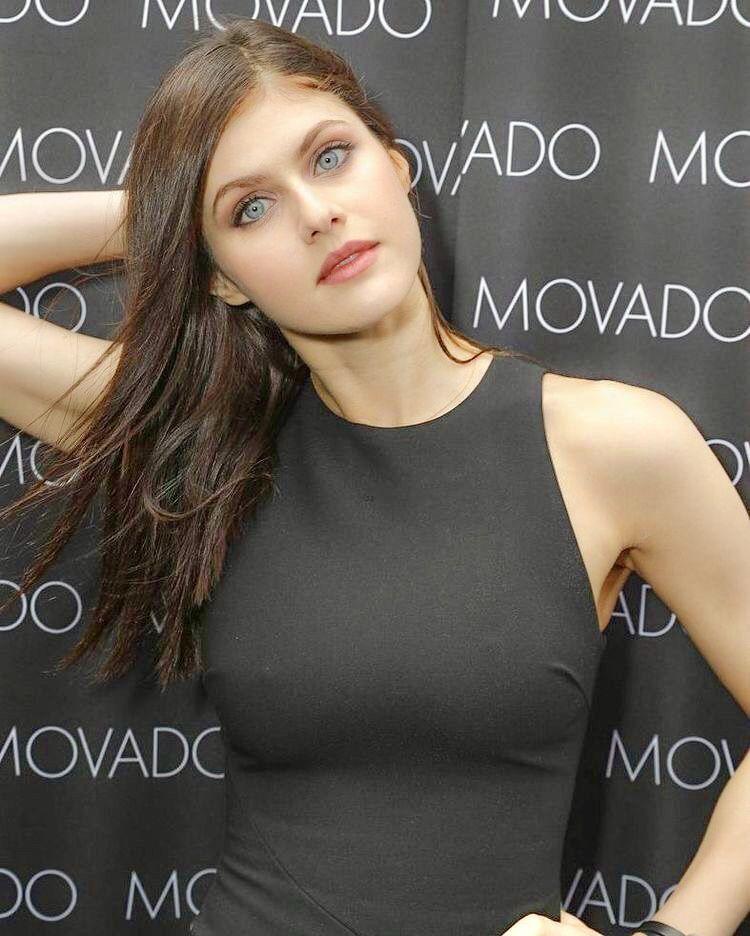 Blaue Frau: Beautiful Alexandra Daddario