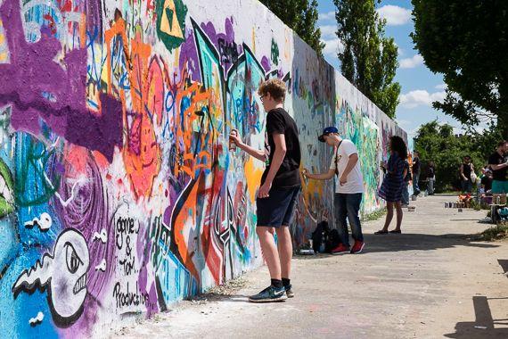 Graffiti-artiesten aan het werk in het Mauerpark.