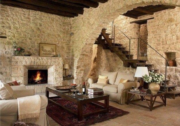 Casali e rustici di stile - Salotto con pareti pietra  Salotto, Soggiorno e Camini