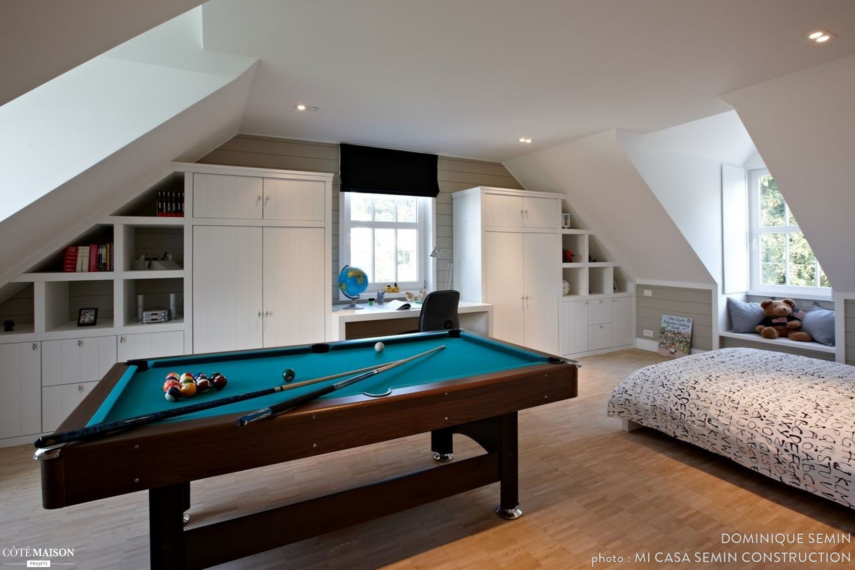 Une chambre moderne avec un bureau aménagée sous les bles