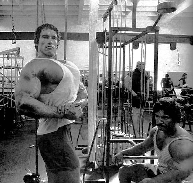 Arnold Schwarzenegger & Ed Corney working out and posing 1975 #musclepediamag #goldenage #schwarzene...