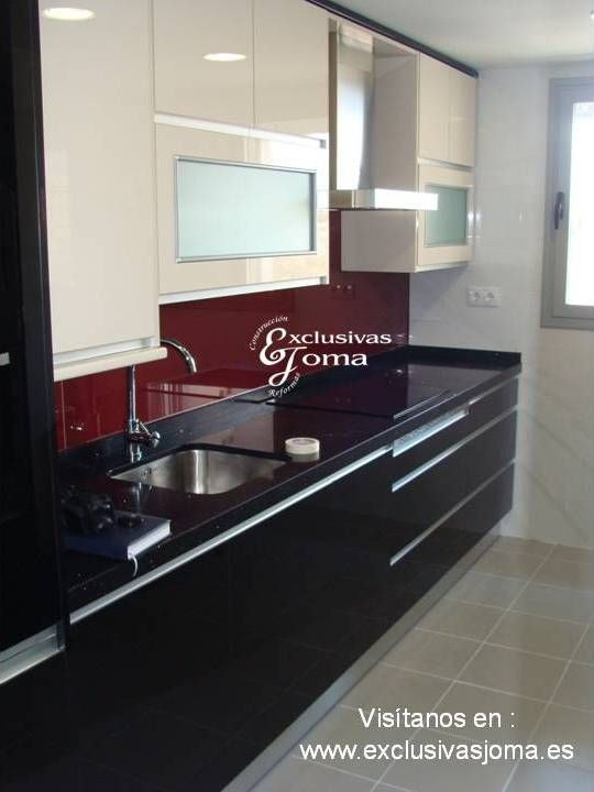 Nueva instalaci n de muebles de cocina en negro alto for Encimera negra brillo