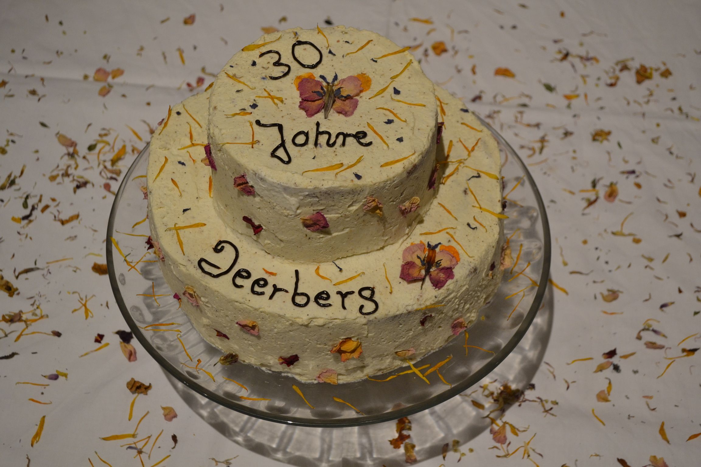 Diese Torte besteht aus mehreren Schichten mit süßen kleinen Schmetterlingen. Stefanie Keßler hat uns diesen lieben Gruß geschickt.