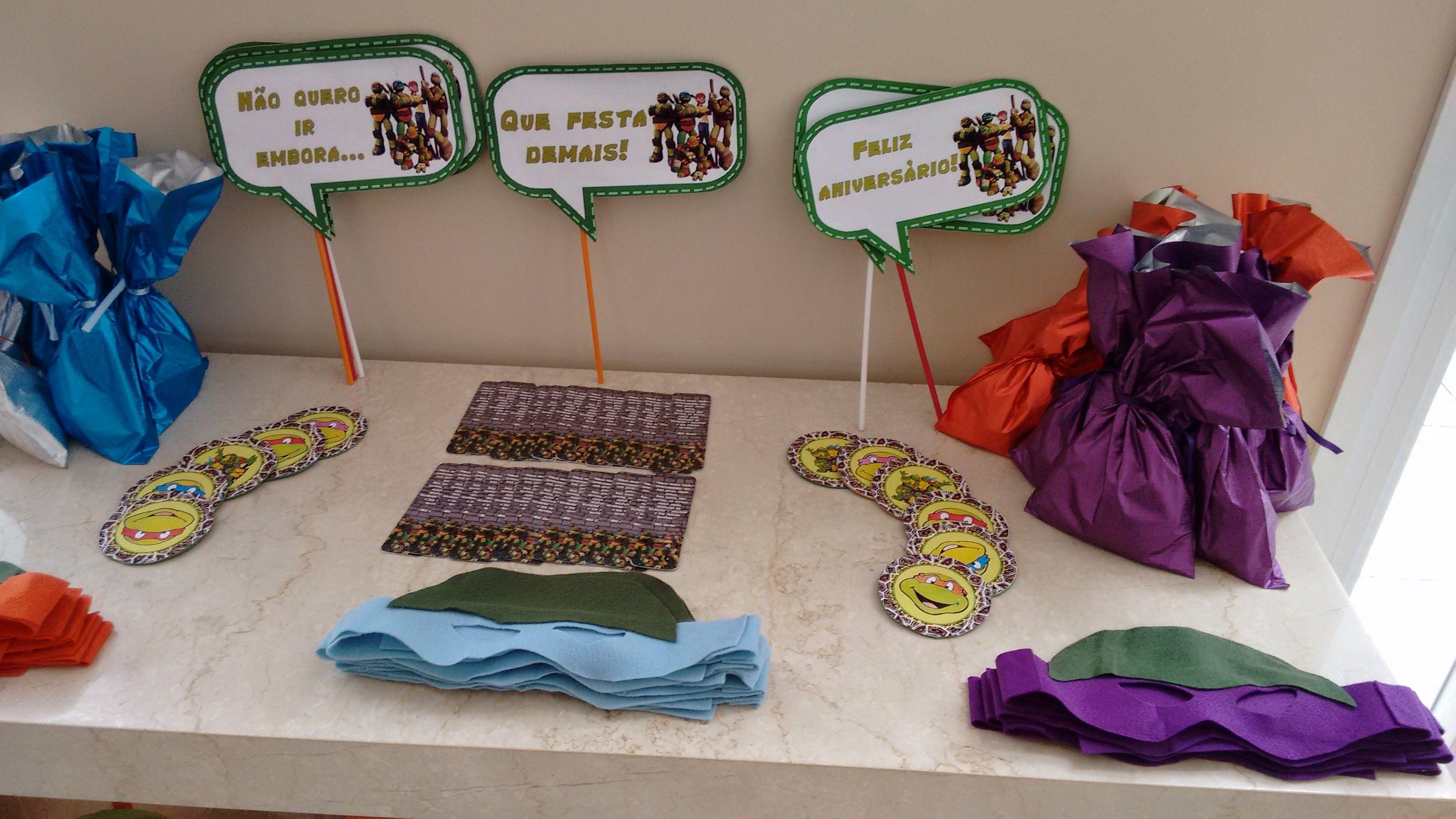Mesa de lembrancinhas: máscaras, porta copos, placas pra tirar fotos e os saquinhos com doces não podiam faltar