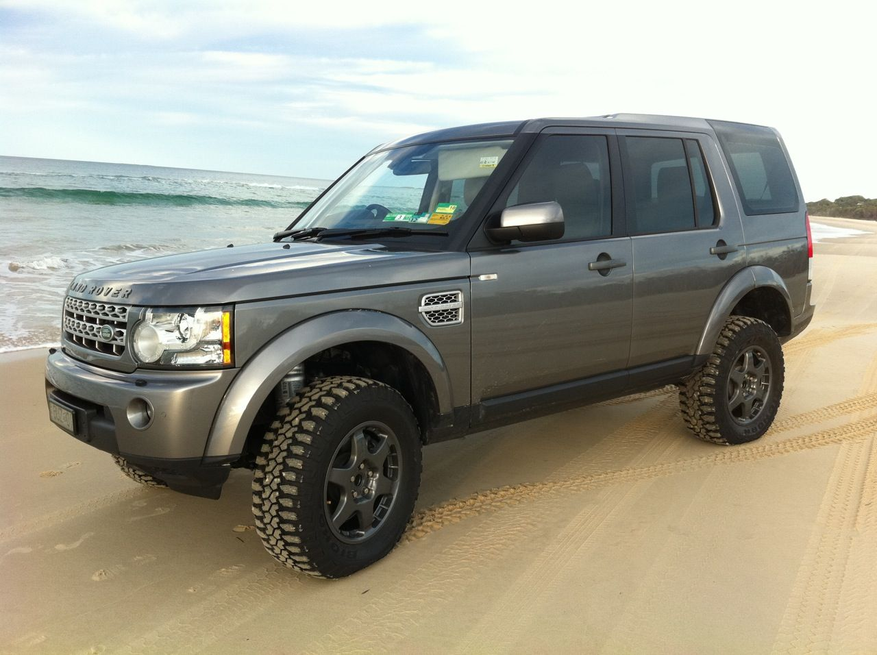 """Land Rover discovery 2 with a 4"""" lift with 285 x75 x16 wheels"""