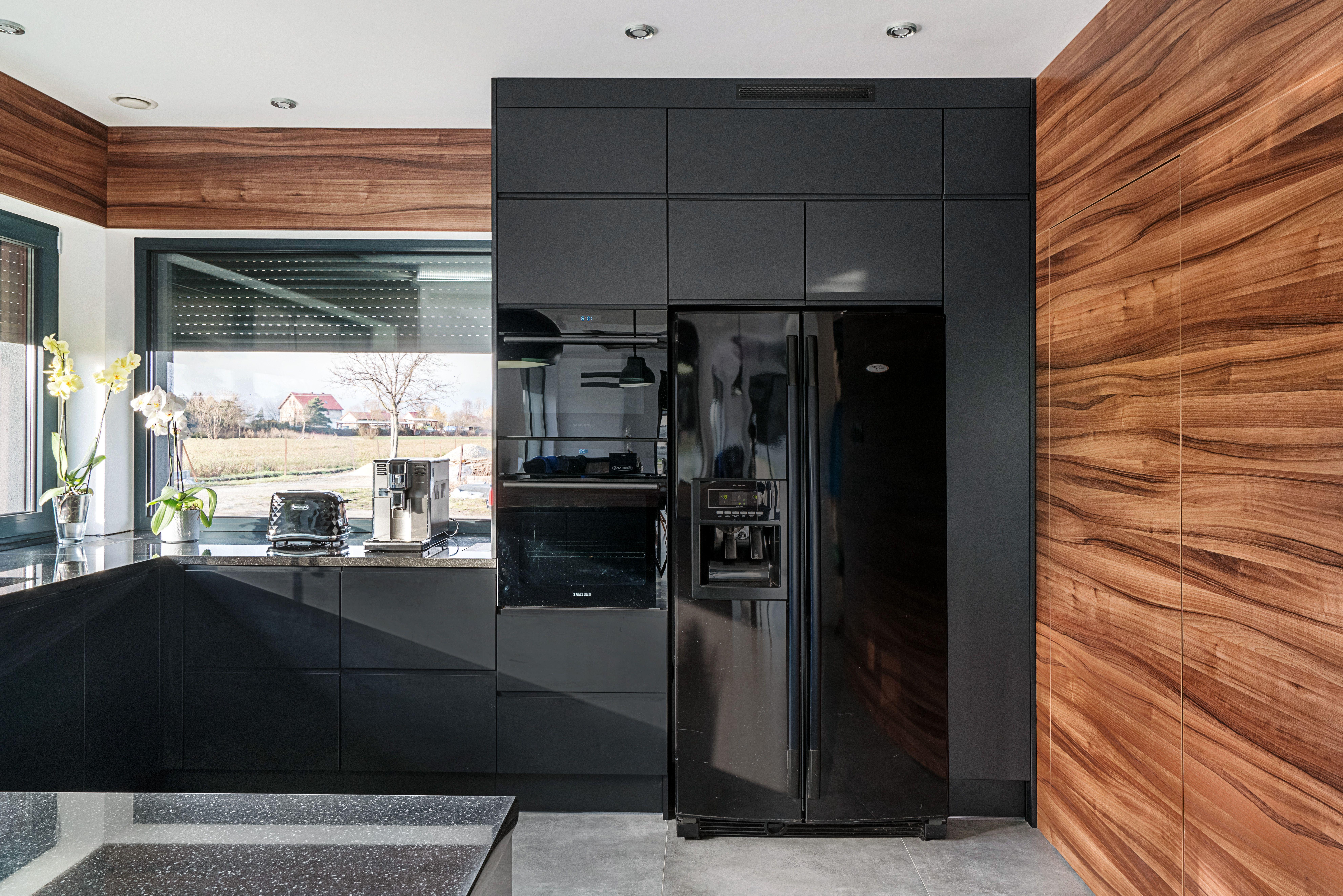 Matowe Fronty W Polaczeniu Z Drewnem O Mocnym Uslojeniu Wprowadzaja Ekskluzywny Klimat Plyta Drewnopodobna Nadaje Kuch Kitchen Room Design Kitchen Design Home