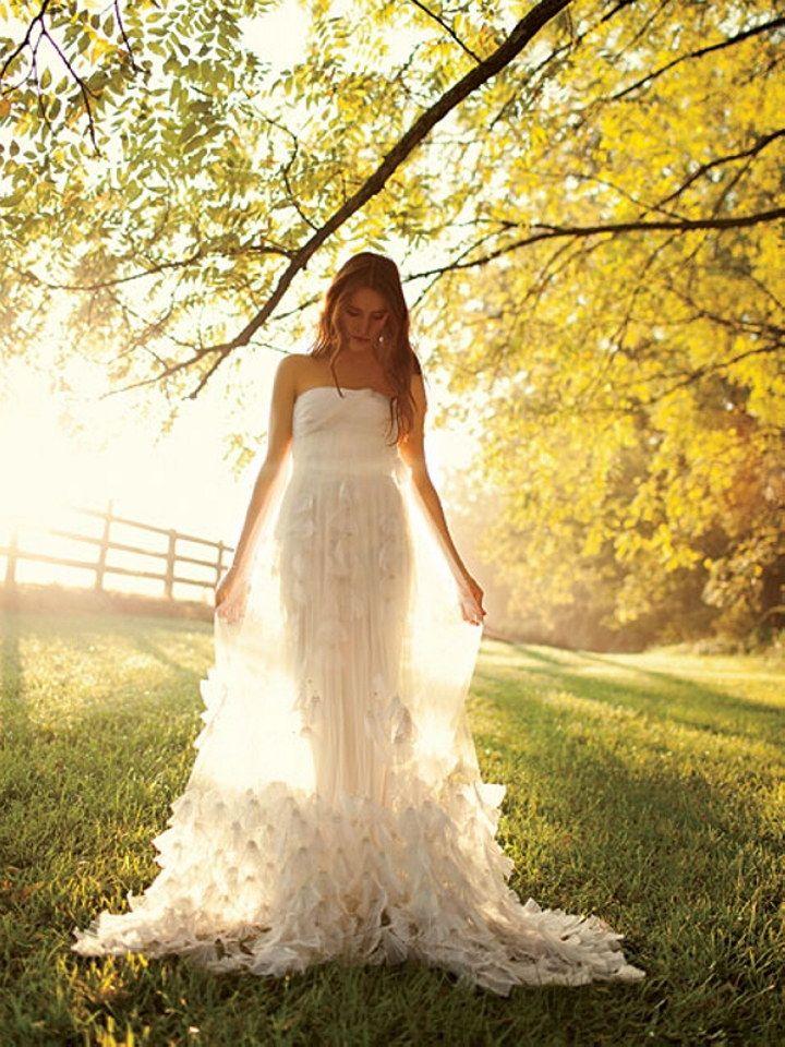 http://images.wedding-dress-secret.com.s3.amazonaws.com/tipsandadvice/summerweddingdresses/1.jpg