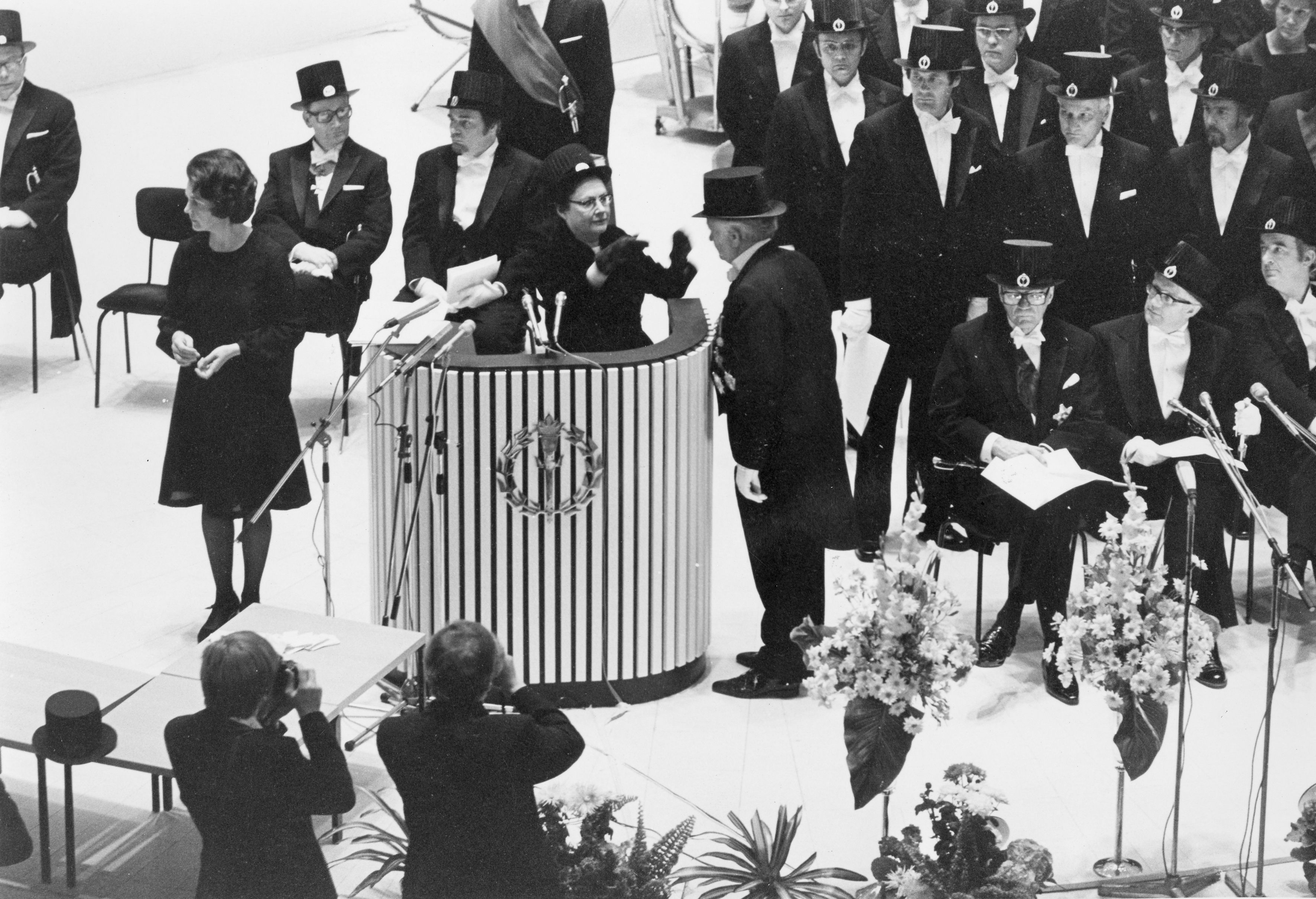 Presidentti Urho Kekkonen sai kunniatohtorin arvon Tampereen yliopiston tiedekuntien yhteisessä tohtori- ja kunniatohtoripromootiossa 1975.