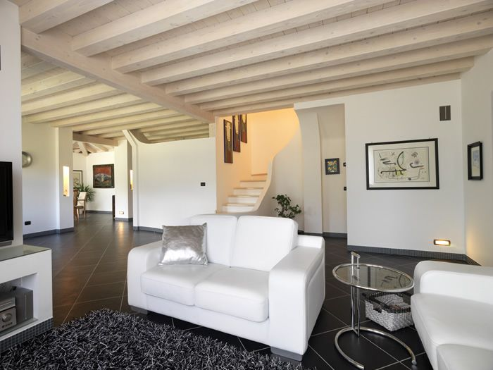 Foto interna casa in legno stile classico zona giorno soggiorno e scala d accesso al primo - Casa stile classico ...