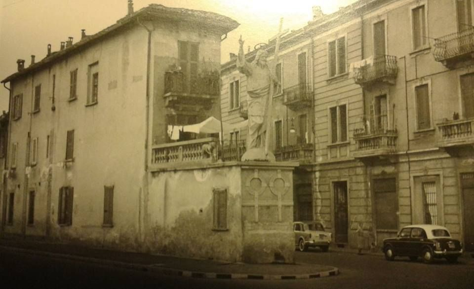 Primi anni sessanta, il Cristo benedicente (detto el Cristun) in via san Dionigi, zona Corvetto, un tempo Comune di Nosedo, poi Chiaravalle. Foto Romeo Colombo