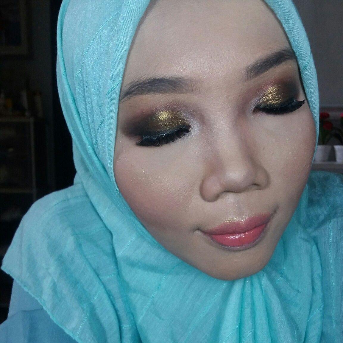 For this makeup, I used gold metallic eyeshadow powder