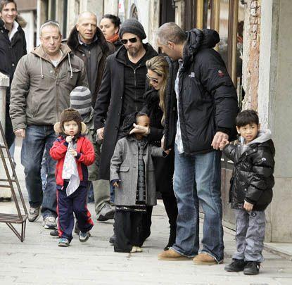Angelina, Brad Pitt & família estão passando férias em Veneza. É uma entourage: família (grande) + seguranças + babás. Mas estão todos lindos (e aparentemente felizes!).