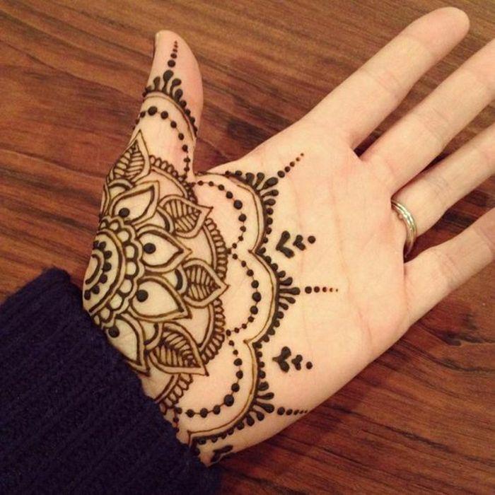 Henna Tattoo - uralte Kunst zur temporären Hautverzierung mit Pflanzenfarbe
