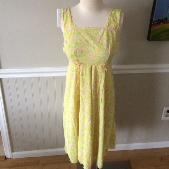 "Vintage nightie Pretty nighty!  Excellent condition!  Measures 38"" long and 16 1/2"" armpit to armpit.  Waist 14 1/2"" flat across Vintage Intimates & Sleepwear Pajamas"
