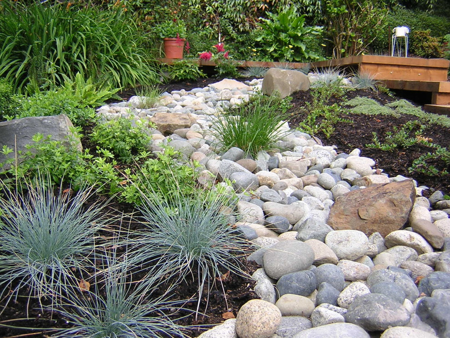 Pea gravel garden front yard gravel stone types for a for Garden design ideas using pebbles