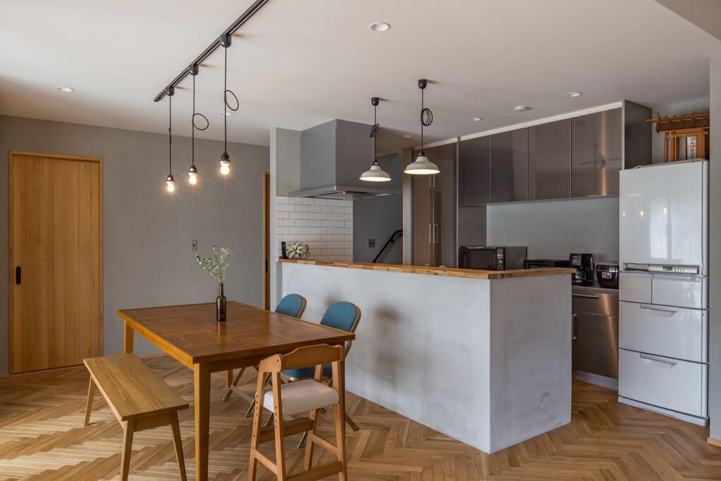 ダイニング キッチン キッチンの天板や背面収納にステンレスを使用