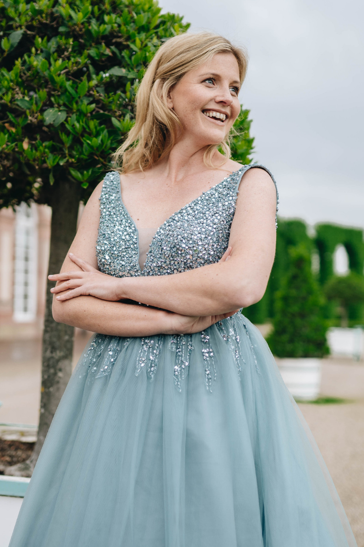 Hochzeitsgast Kleider – Blonde Edition  Dunkelblaues kleid