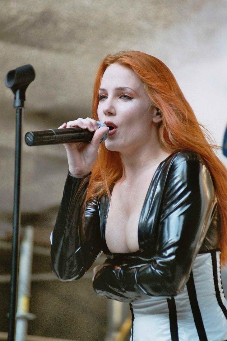 Simone simons sexy redheaded female mezzosoprano singer of dutch