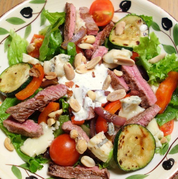 En perfekt grillet steak er godt. Det er en god simpel salat også. Bland disse to dele og man får en suveræn steak salat!