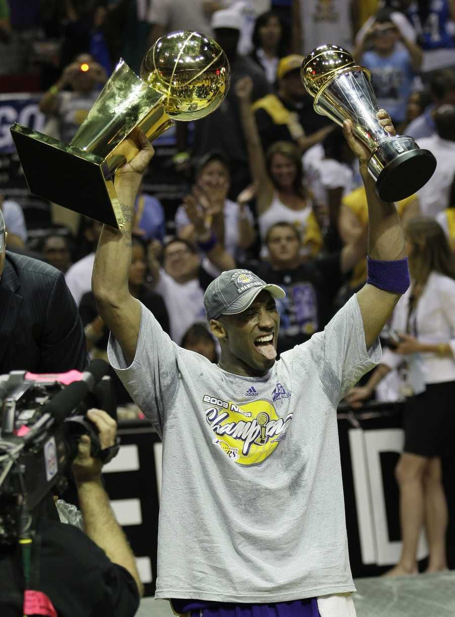 Los Angeles Lakers Kobe Bryant Holds The Championship Trophy And Finals Mvp Trophy After The Lakers Beat The Orlando Magic In 2020 Kobe Bryant Lakers Kobe Bryant Kobe