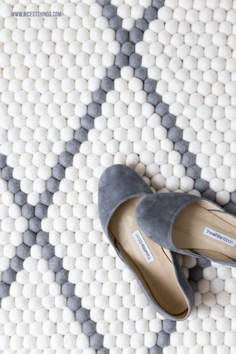 Filzkugelteppich grau mit Rautenmuster für's Schlafzimmer