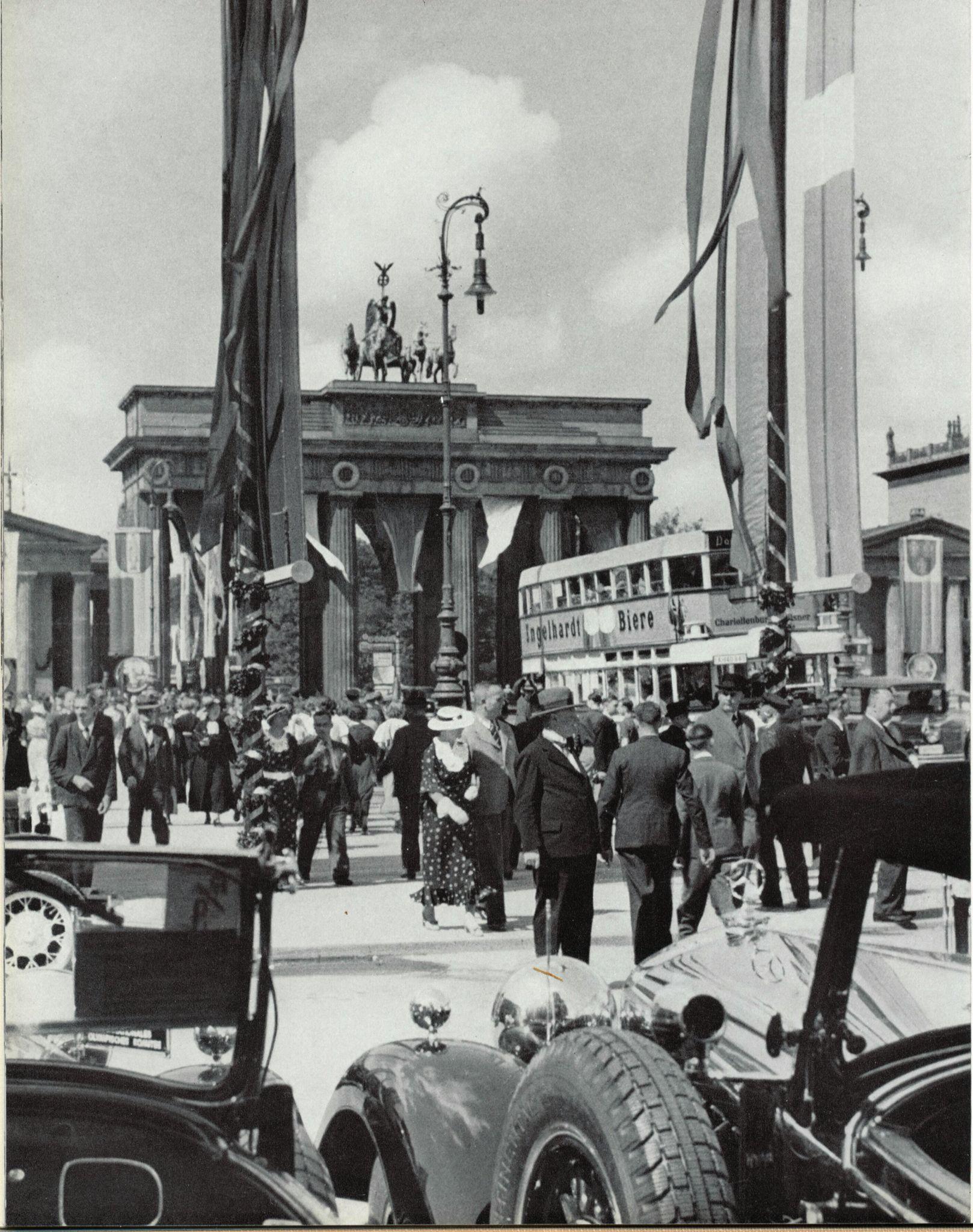 Anlasslich Der 22 Iaa Im Fruhjahr 1931 Automobile Am Pariser Platz Berlin 1931 O P Brandenburger Tor Berlin Geschichte Brandenburger Tor Berlin