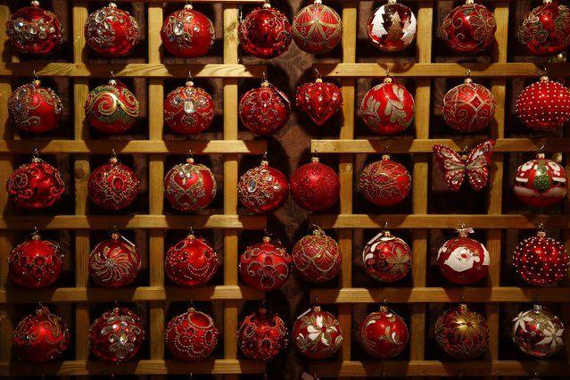Vidro baubles decorações de Natal são exibidos na fabricação Silverado de enfeites de Natal soprado na cidade de Jozefow fora Varsóvia 2 de dezembro de 2014. (Foto por Kacper Pempel / Reuters)