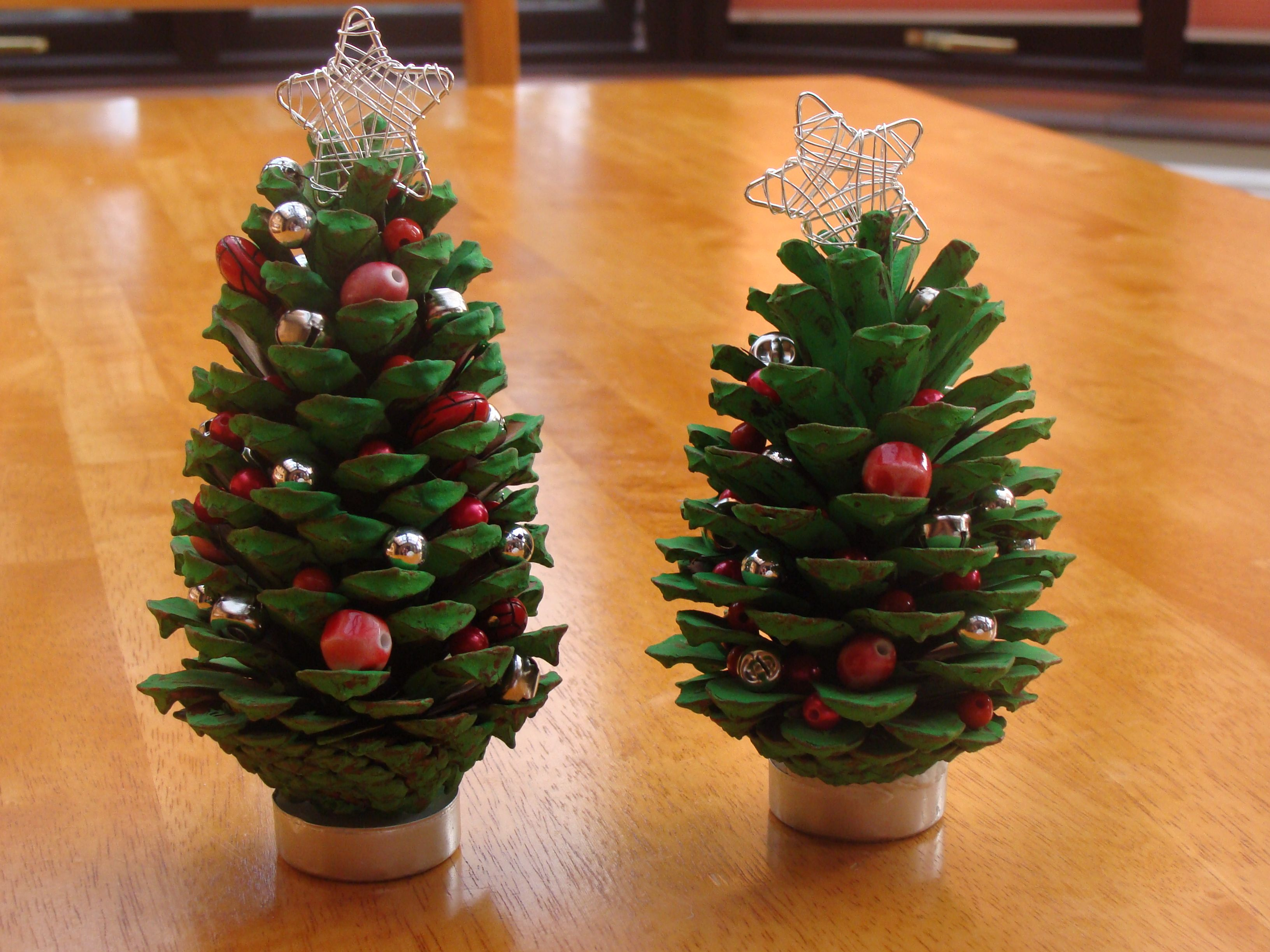 A little christmas tree craft project with fir cones for Pine cone tree decorations