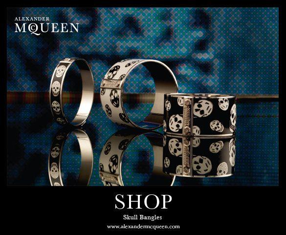Amei, adorei estas pulseiras do McQueen que meu amigo Wair me mandou (pois me conhece muito bem): Cada uma custa US275. Não adianta, eu adoro caveiras. Não tem nada a ver com modismos, é pessoal mesmo. Eu não me enjoo delas!