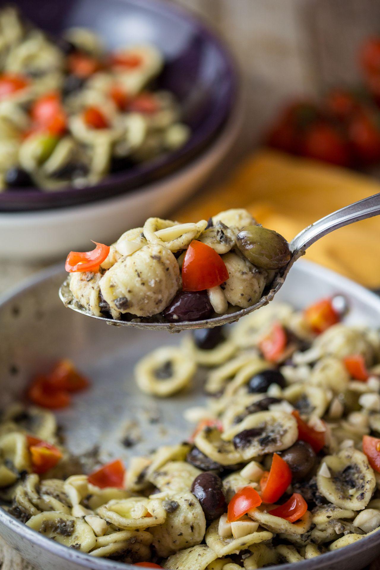 Orecchiette con crema alle olive e mandorle