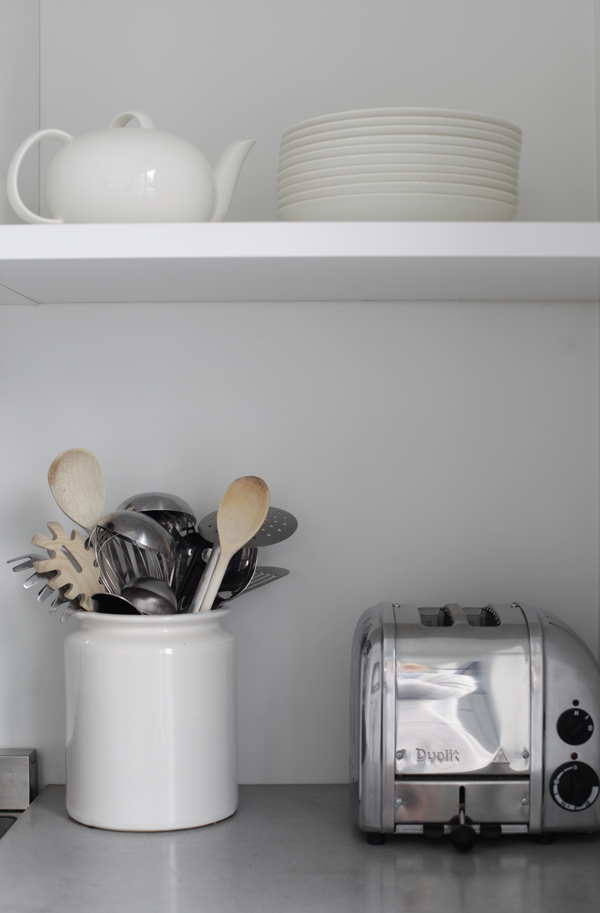 jarro branco e talheres cozinha